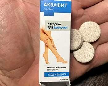 Таблетки Аквафит от грибка в руках