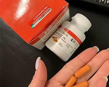 Препарат DUO C&F для похудения в руках у женщины.
